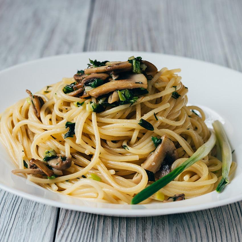 spaghetti sauce aux c pes et petits lardons nos recettes lustucru. Black Bedroom Furniture Sets. Home Design Ideas